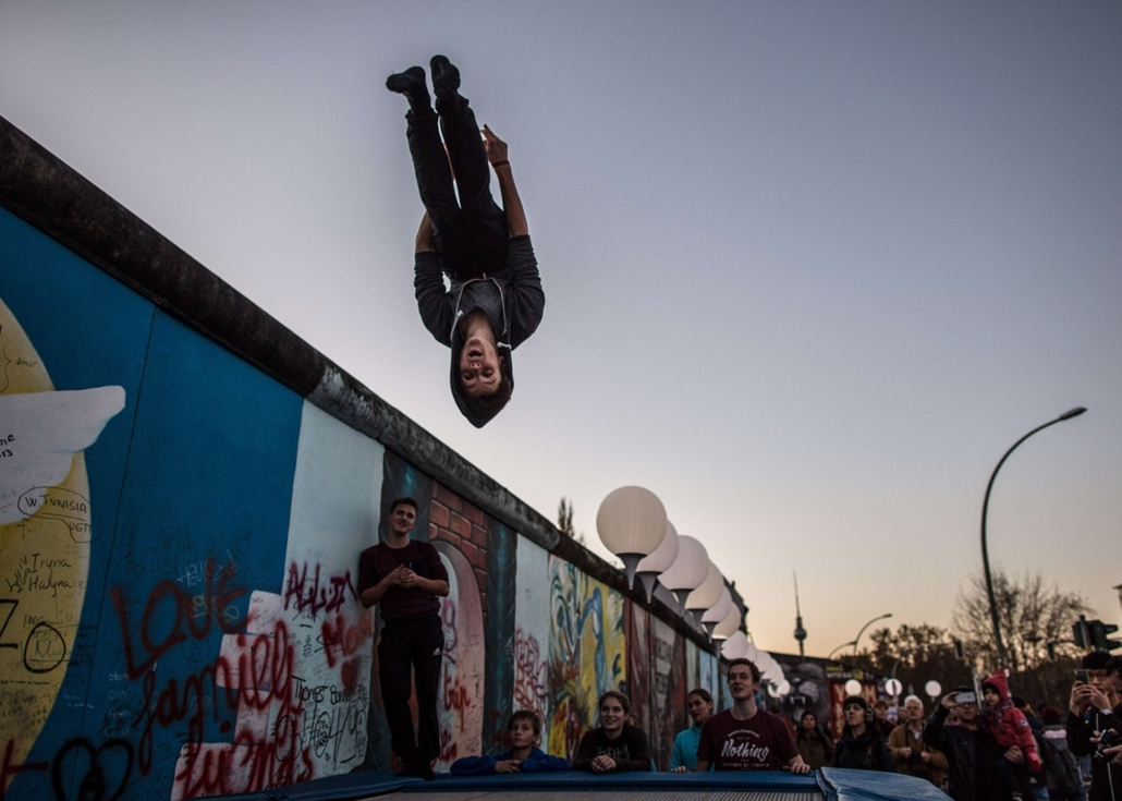 afp. Berlini fal leomlásA 25 éve 2014.11.09. A man rehearses as part of Circus transcends borders show at the East Side Gallery on November 8, 2014 in Berlin, on the eve of the 25th anniversary of the fall of the Berlin Wall.