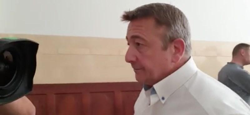 Bayer nem kért bocsánatot, vádlott lett – videó