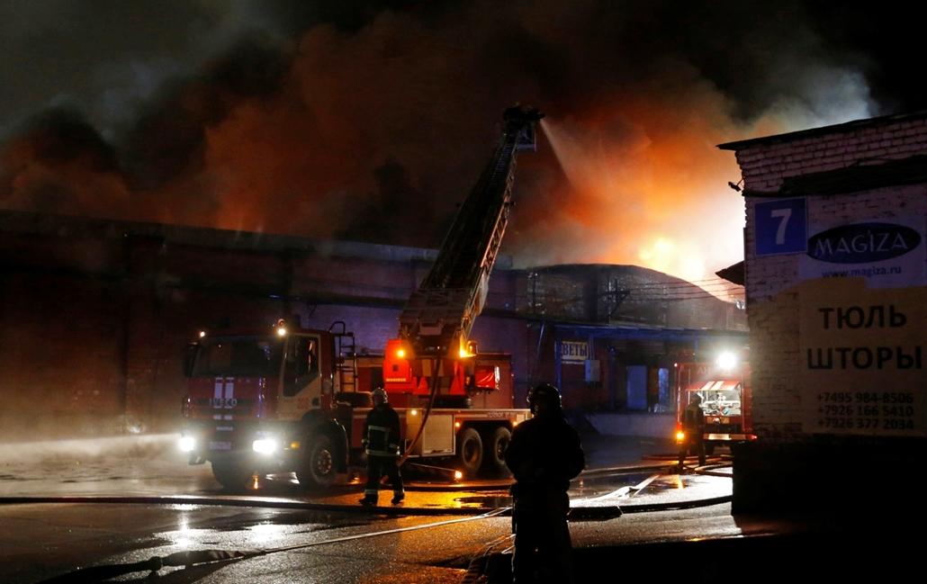 mti.16.09.23. - Tűzoltók dolgoznak egy kigyulladt raktárépületnél Moszkvában 2016. szeptember 22-én. Több mint száz munkást menekítettek ki a főként művirágokat tároló épületből, a lángokat tizennégy óra alatt sikerült elfojtani.