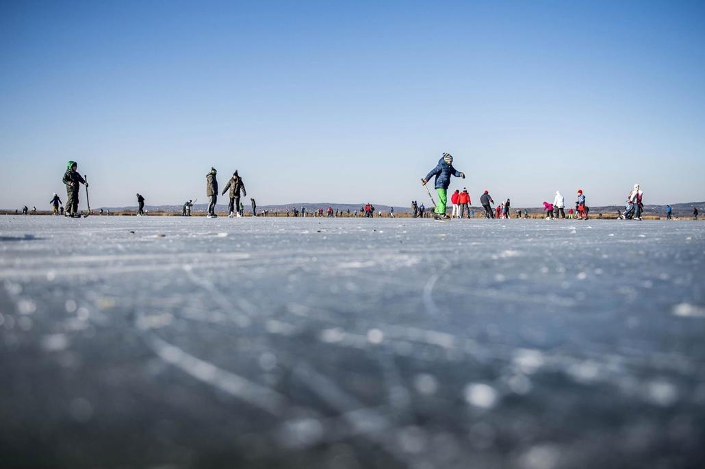 mti.17.01. Korcsolyázók a befagyott Velencei-tó jegén 2017. január 7-én. Az Agárdi Popstrandon, kijelölt pályán biztonságos, 11 centiméter vastag jégen lehet korcsolyázni.