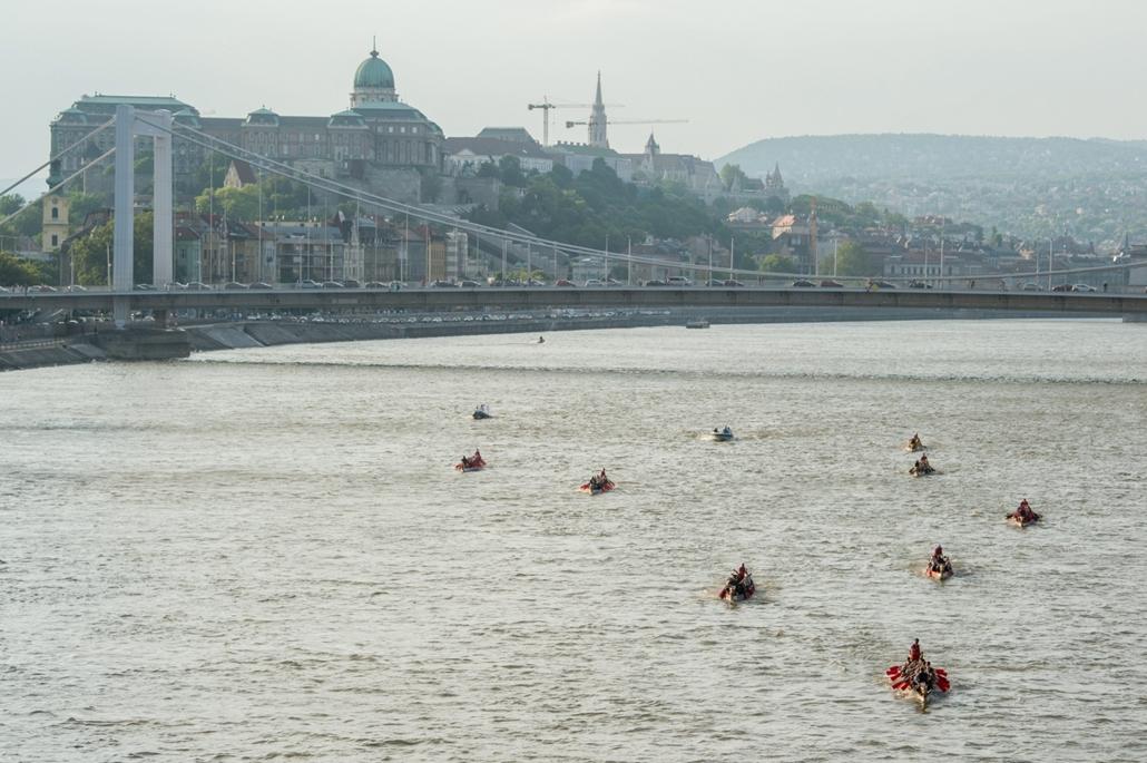 mti.17.05.06. Sárkányhajók versenye a budapesti Dunai Regatta egyetemi evezősversenyen 2017. május 6-án.