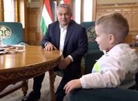 Orbán csak az állampolgári bizalom építéséért cukiskodott a háromévessel