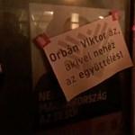 Orbán-ellenes feliratokkal ragasztották tele Németh Szilárd irodáját