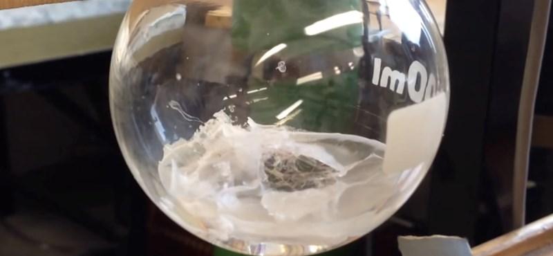 Elképesztő videó: egyszerre folyadék, szilárd és légnemű is az anyag
