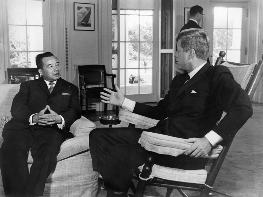 1962.07.28. - Washington, USA: Souvanna Phouma laoszi herceggel a Fehér Ház Ovális Irodájában.  - John F. Kennedy, John Fitzgerald Kennedy