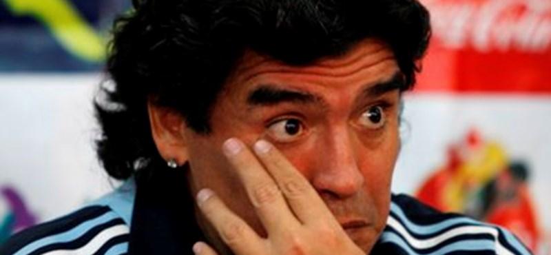 Videó: Maradona belerúgott egy szurkolóba