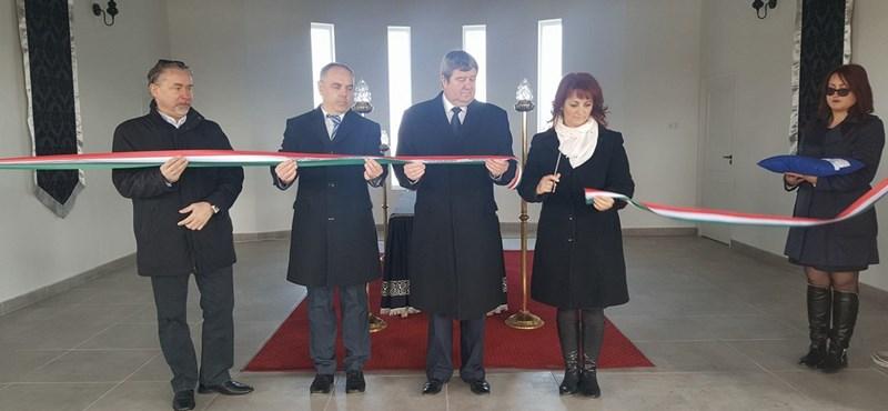 Két temetés között avathatott ravatalozót Tállai