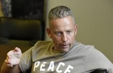 Temetésen szelfizett Schobert Norbi, majd videóban szidta durván a kritizálóit