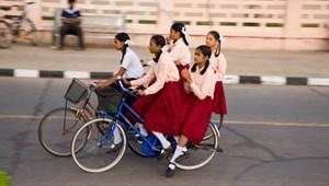Ajándék bicikliken kerekeznek iskolába az indiai gyerekek
