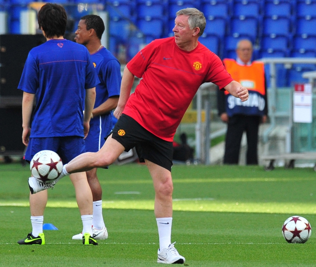Alex Ferguson nagyításhoz - ITALY, Rome : Manchester United coach Sir Alex Ferguson (C) takes part in a training session at the Olympic stadium in Rome on May 26, 2009 on the eve of the Champions League final between Barcelona and Manchester United. It pr