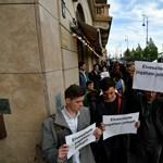 Százak tüntetnek a Sándor-palotától bevitt Gulyás Márton mellett – élő