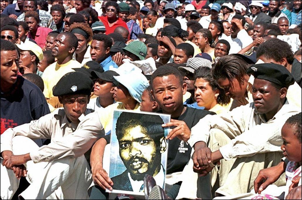 afp.1976. - Tízezer ember vett részt a fekete vezető, Steve Biko szobrának felavatásán - Apartheid nagyítás