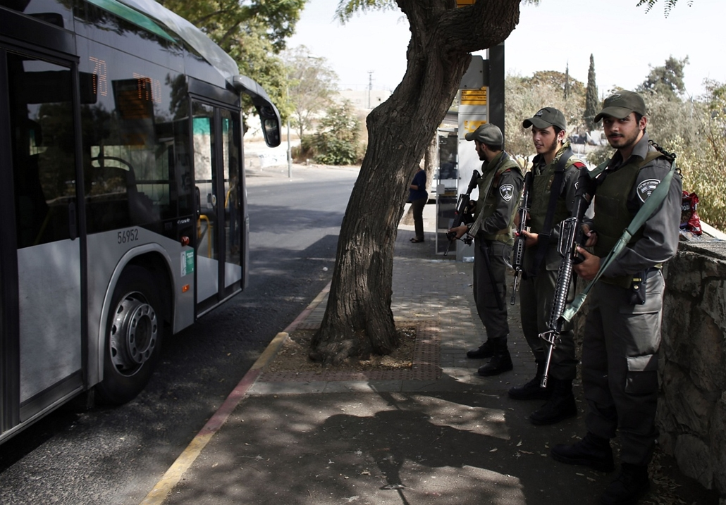 afp.izraeli-palesztin konfliktus 2015 - Jeruzsálem, izraeli rendőrök buszmegállóban, 2015.10.18. Israeli border policemen stand guard at a bus stop in the east Jerusalem Jewish settlement of Armon Hanatsiv, adjacent to the Palestinian neighbourhood of Jab
