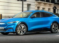 A világjárvány miatt csak jövőre jöhet Európába az elektromos Mustang szabadidőautó
