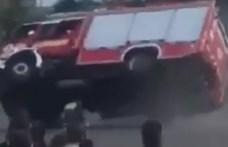 Felborult a tűzoltóautó a diákoknak tartott bemutatón Vácon – videó