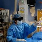 Ez már tényleg sci-fi: az orvos maga elé vetítve látja a hologramot a szívről, amit éppen műt