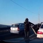 Videó: Fedélzeti kamera rögzítette a fegyveres útonállókat és akciójukat