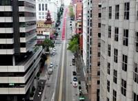 Néptelen utcák, elcsendesedett utak – lenyűgöző drónvideókon a karantén alá vont városok