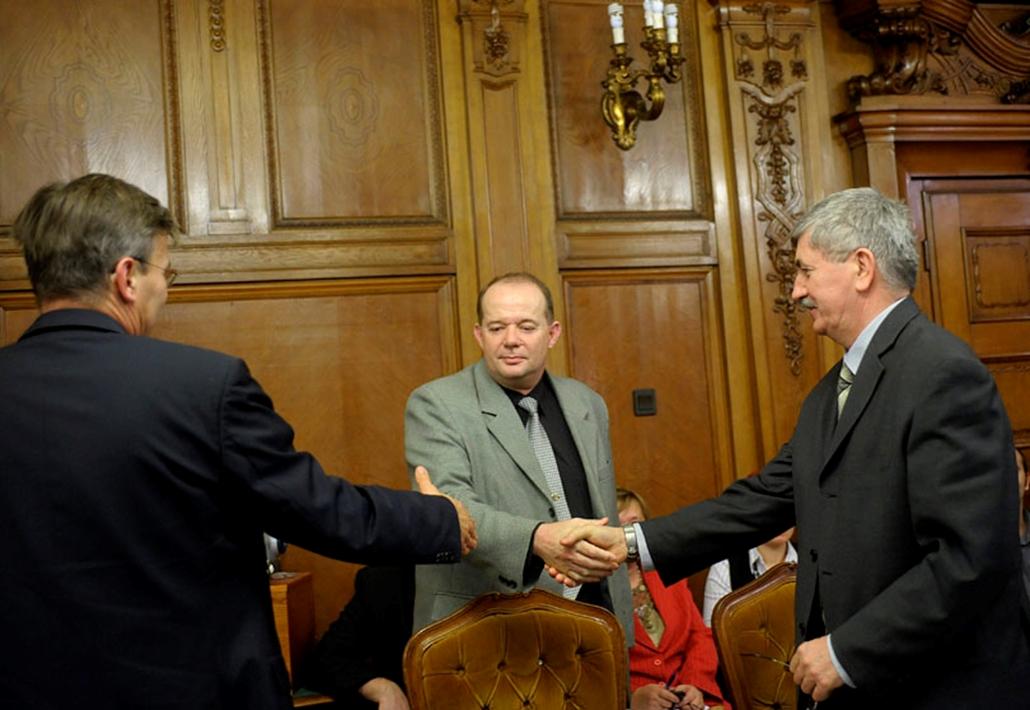 Kocsis István, a BKV Zrt. vezérigazgatója és Földényi György, a sztrájkbizottság elnöke kezet fog, miután aláírták a kollektív szerződésről szóló megállapodást a közlekedési társaság székházában. A sztrájkbizottság 2009. január 18-án 0 órától felfüggesztette a hat napja tartó sztrájkot. Balra Demszky Gábor főpolgármester nyújtja a kezét Földényi György felé.