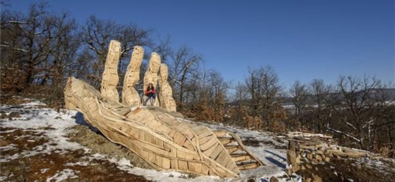 Különleges, kéz alakú kilátót adtak át Nógrádban