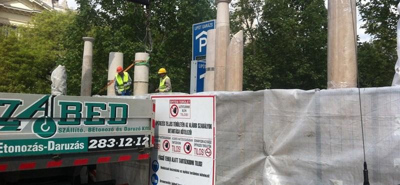 Fotó: Már állnak a megszállási emlékmű oszlopai