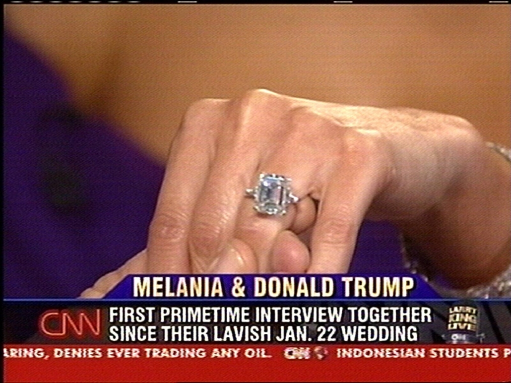 afp.05.01.18. - New York, USA: Melania Trump jegygyűrűje a Larry King Live című műsorban 2005. január 18-án, négy nappal az esküvő előtt. - Donald Trump nagyítás
