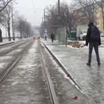 Balesetveszély ellen: menjen a sínek között, ha nem bír a tükörjéggel! – videó