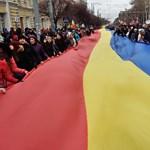 A Moszkva-párti elnök mindent bevet, hogy megbénítsa a Brüsszelhez húzó kormányt