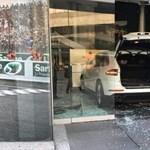Áthajtott az autókereskedés portálüvegén az elégedetlen Porsche-ügyfél – videó