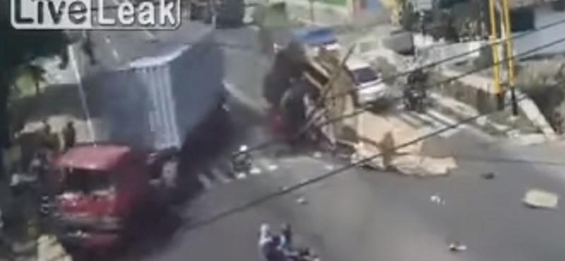 Az égiek vigyáztak erre a motorosra – kétszer is – videó