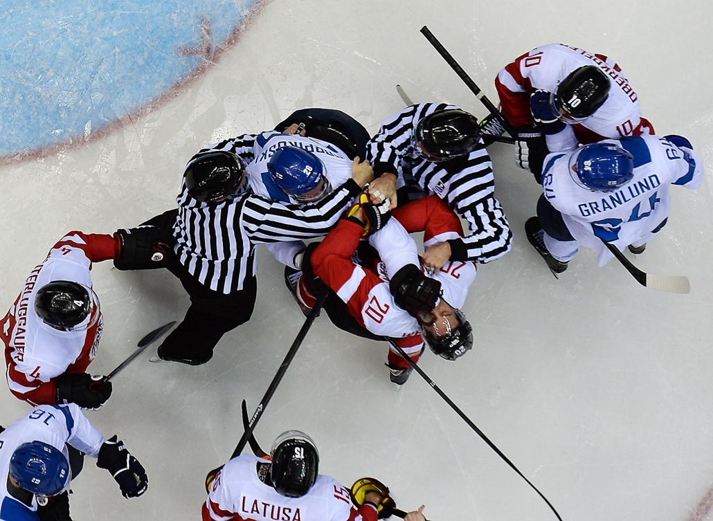 afp. Szocsi 2014 nagyítás - Finland's Lauri Korpikoski (Top C) punches Austria's Daniel Welser during the Men's Ice Hockey Group B match Finland vs Austria at the Bolshoy Ice Dome during the Sochi Winter Olympics on February 13, 2014.