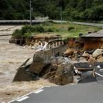 Több millió ember veszélyben: 24 óra alatt 583 milliméter eső esett egy japán szigeten
