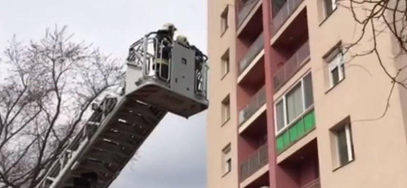 Kizárta a nagyszülőt a hetedik emeleti lakásból egy 16 hónapos gyerek