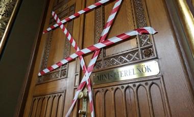 Piros-fehér szalagot ragasztott Orbán dolgozószobájára a DK