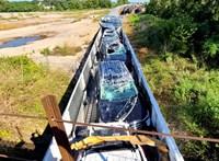 Tucatnyi vadonatúj autót tett tönkre egy túl alacsony vasúti átjáró