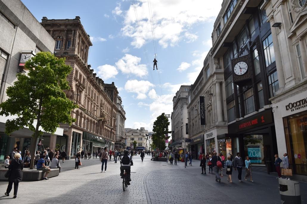 afp.14.08.11. - Liverpool, Egyesült Királyság: drótkötélpálya a város egyik sétálóutcája felett. A 310 méter hosszú pályán szeptember 7-ig lehet száguldozni. - 7képei