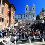 Mint a filmekben: részeg fiatal hajtott rá a Spanyol lépcsőre Rómában - fotó