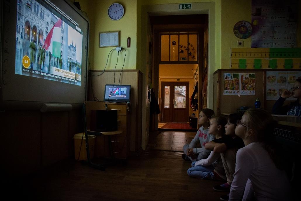 e_! - hvg év képei 2017 nagyítás - ae.17.10.23. - Gyermekek nézik az ünnepélyes zászlófelvonást a kelet-szlovákiai Kisgéresi Általános Iskolában október 23-án.