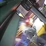 Videó, ahogyan a pesti belváros közepén egymásnak esik a buszsofőr és a taxis