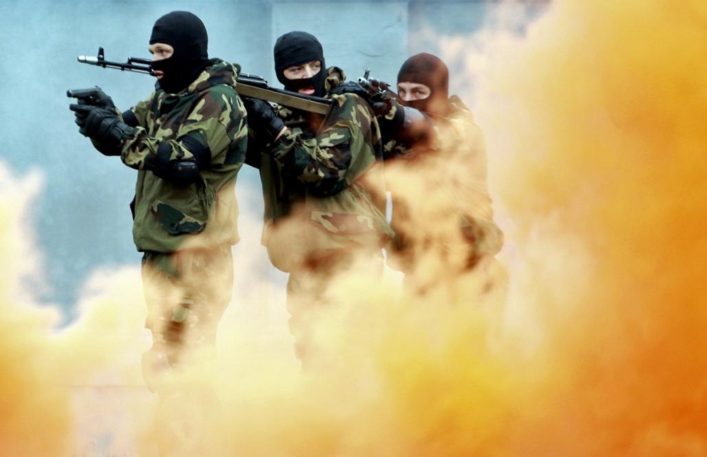 afp. hét képei - Minsk, Belarus, 2014.09.01. katonák, küldetés, füst