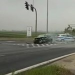 Épp átment a kereszteződésen a rendőrségi konvoj, amikor jött a Renault Clio