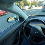 Videó: Így trükközik a Tesla Autopilot, amikor nagyon szűk a hely a forgalomban