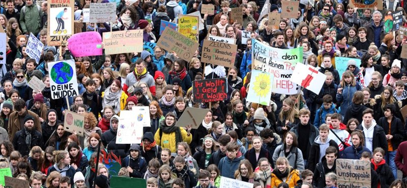 Diákok százezrei lógtak el világszerte az iskolából, a klímaváltozás ellen tüntettek