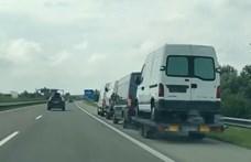 Négy kisbuszból álló horrorszerelvényt kapcsoltak le a rendőrök