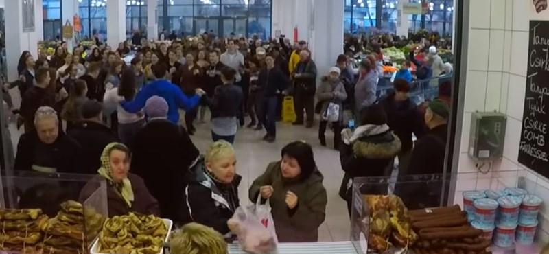 Ez volt eddig az idei legjobb flashmob: ereszd el a hajam a debreceni Nagypiacon
