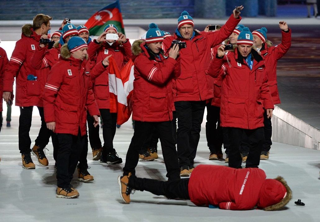 afp. Szocsi 2014 nagyítás - A member of Austria's delegation lies on the ground after falling during the Opening Ceremony of the Sochi Winter Olympics at the Fisht Olympic Stadium on February 7, 2014 in Sochi.