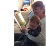 Röhögőgörcsöt kapott a nagymama, miközben az unokájának olvasott – ön is azt fog, ha megnézi a videót