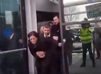 Videón, ahogy kidobják az MTVA-ból Szélt és Hadházyt
