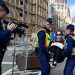 Ötvenezres büntetést kaptak a röghöz kötés ellen tiltakozó diákok