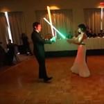 Videó: Az első tánc helyett fénykardozott egy pár az esküvőn